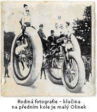 Rodiná fotografie - ano ten prcek na předním kole je malý Olinek
